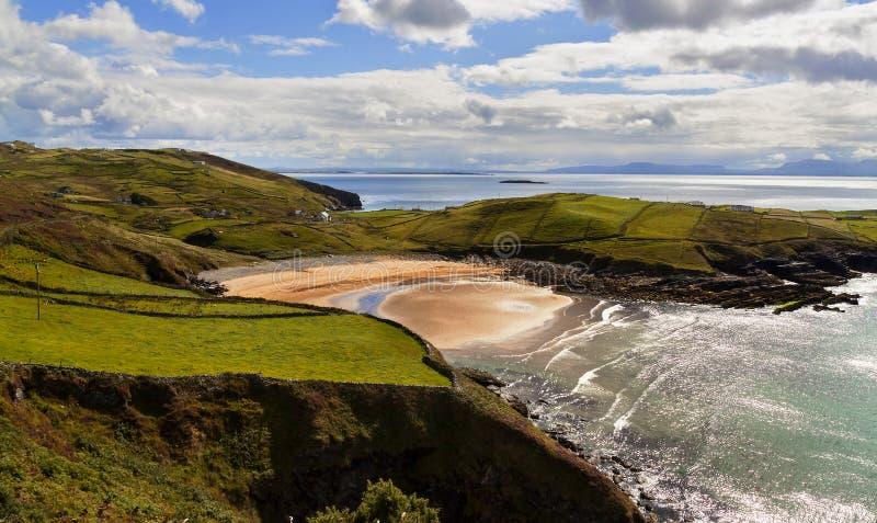 Ocean plaża w słonecznym dniu i falezy zdjęcie royalty free