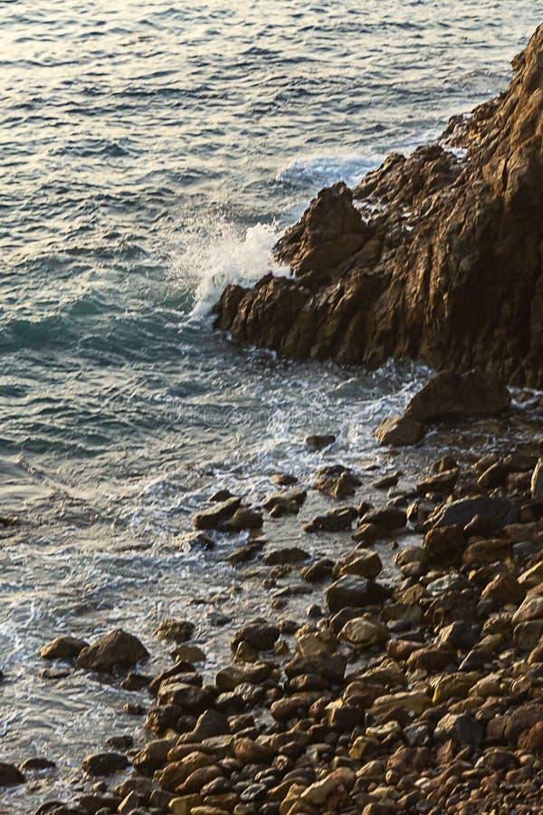 Ocean Spokojny fali trzask na cliffside z skałami zdjęcie royalty free