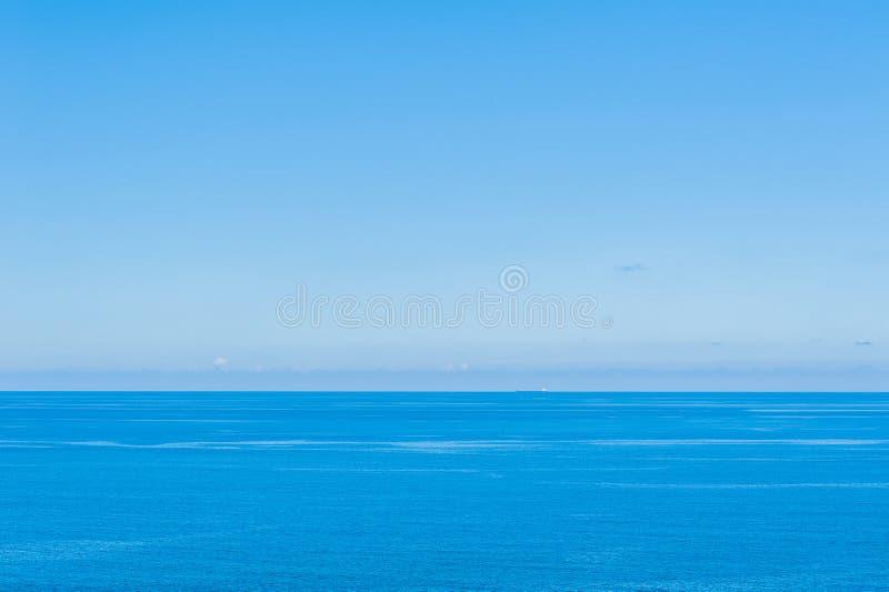 Ocean Spokojny - widok pi?kny niebo z jasnym b??kitnym morzem fotografia stock