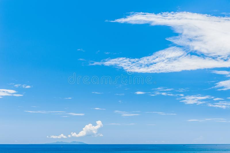 Ocean Spokojny - widok pi?kny niebo z jasnym b??kitnym morzem fotografia royalty free
