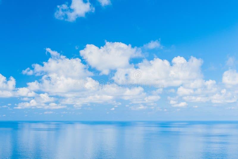 Ocean Spokojny - widok pi?kny niebo z jasnym b??kitnym morzem zdjęcia royalty free