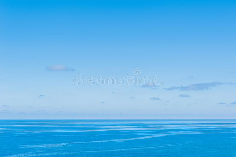 Ocean Spokojny - widok pi?kny niebo z jasnym b??kitnym morzem obrazy royalty free