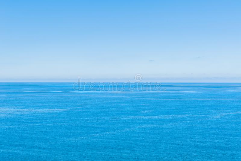 Ocean Spokojny - widok pi?kny niebo z jasnym b??kitnym morzem zdjęcia stock
