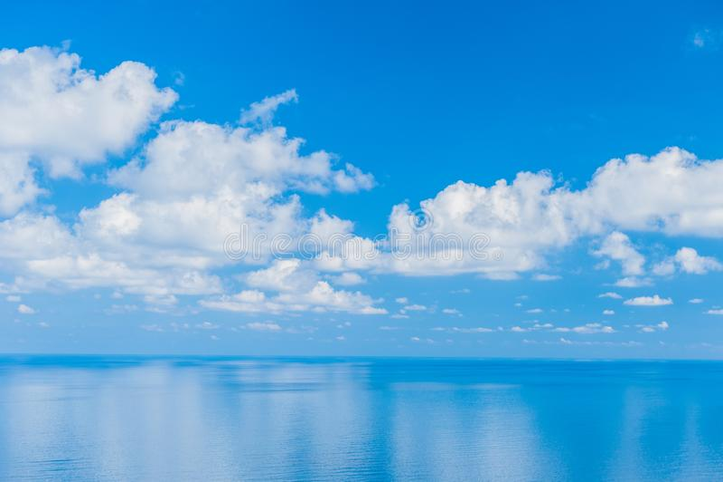 Ocean Spokojny - widok pi?kny niebo z jasnym b??kitnym morzem obraz stock