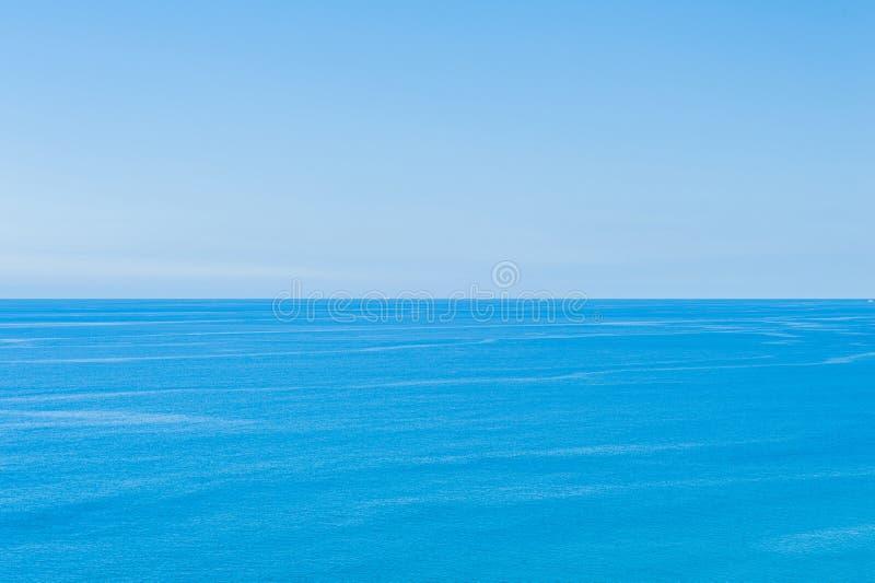 Ocean Spokojny - widok pi?kny niebo z jasnym b??kitnym morzem zdjęcie royalty free