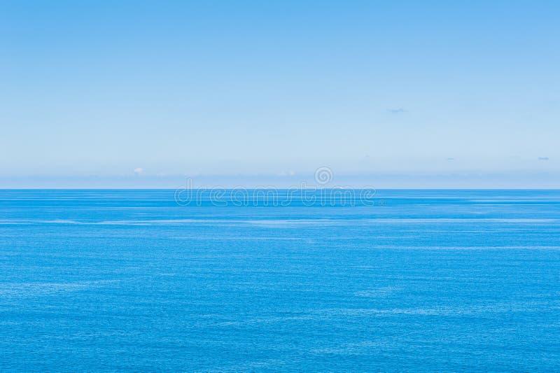 Ocean Spokojny - widok pi?kny niebo z jasnym b??kitnym morzem zdjęcie stock