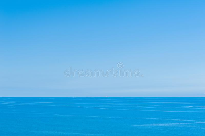 Ocean Spokojny - widok pi?kny niebo z jasnym b??kitnym morzem obrazy stock