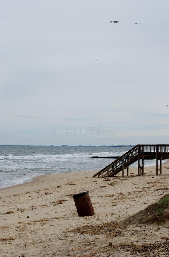 Ocean z kubeł na śmieci obrazy royalty free