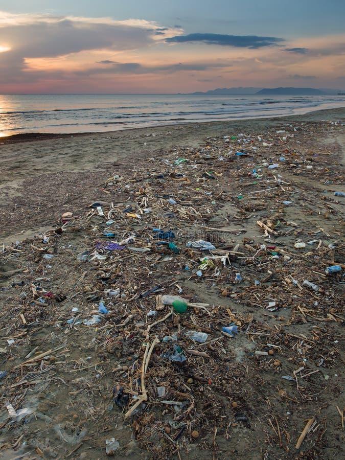Oceanenverontreiniging: Plastic huisvuil en ander afval op het strand royalty-vrije stock afbeelding