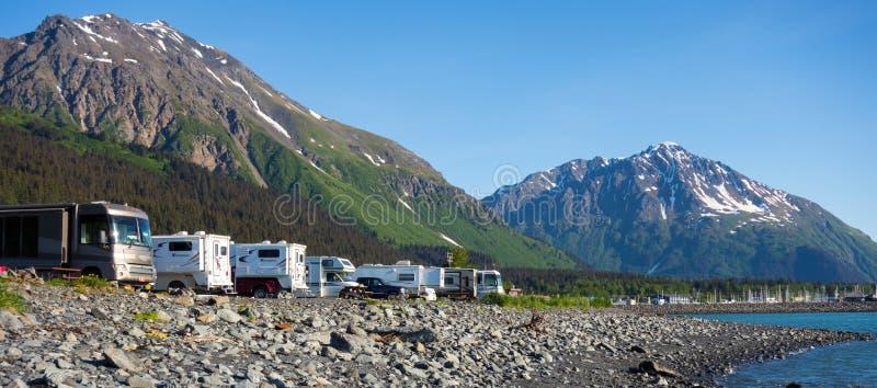 Oceanfront som campar i alaska royaltyfri bild