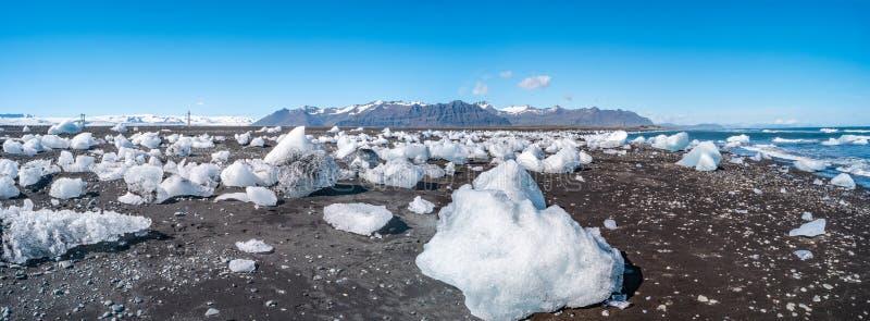 Oceanisk svart sandstrand för underbar panoramautsikt med is från glaciärlagun, Jokulsarlon, Island, sommartid, solig dag arkivbilder