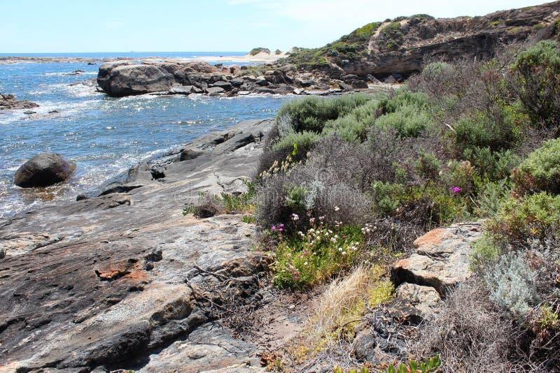 Oceano Índico na rocha Austrália ocidental de Skippy imagens de stock