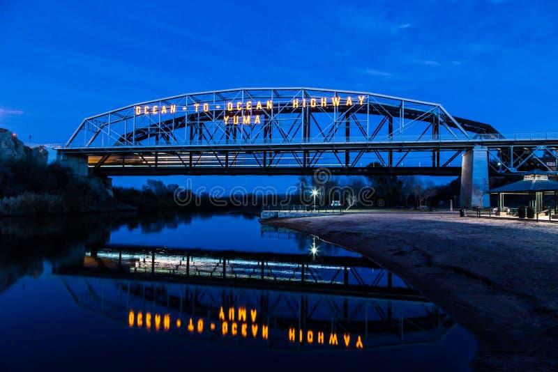 Oceano al blu del ponte dell'oceano con la riflessione immagini stock