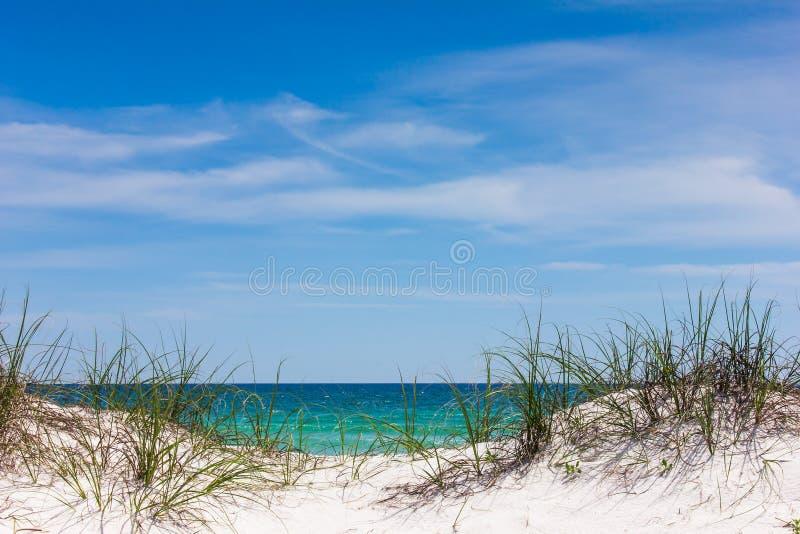 Oceano através das dunas imagens de stock royalty free