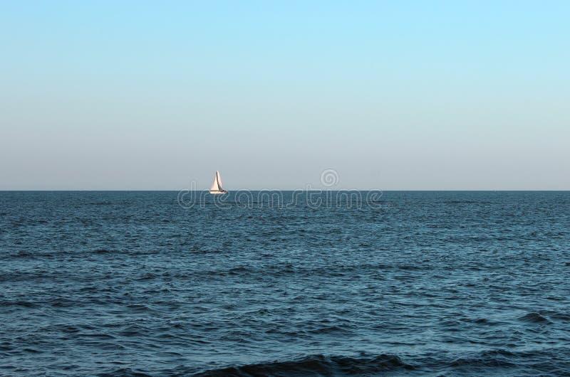 Download Oceano azul agradável imagem de stock. Imagem de purity - 80102505