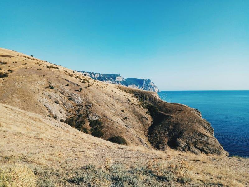 Oceano azul céu onda Montanha movimentação vivo imagem de stock royalty free