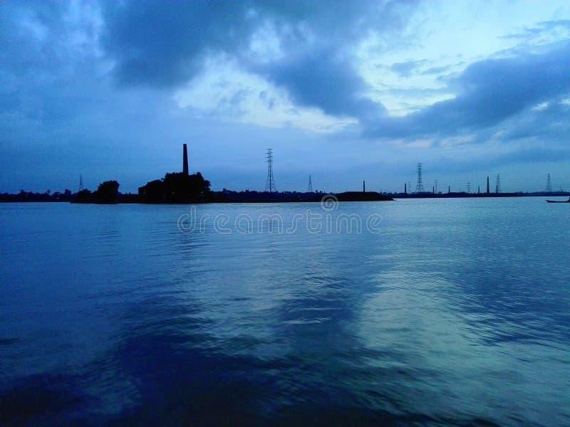 Oceano azul com indústria na noite fotos de stock