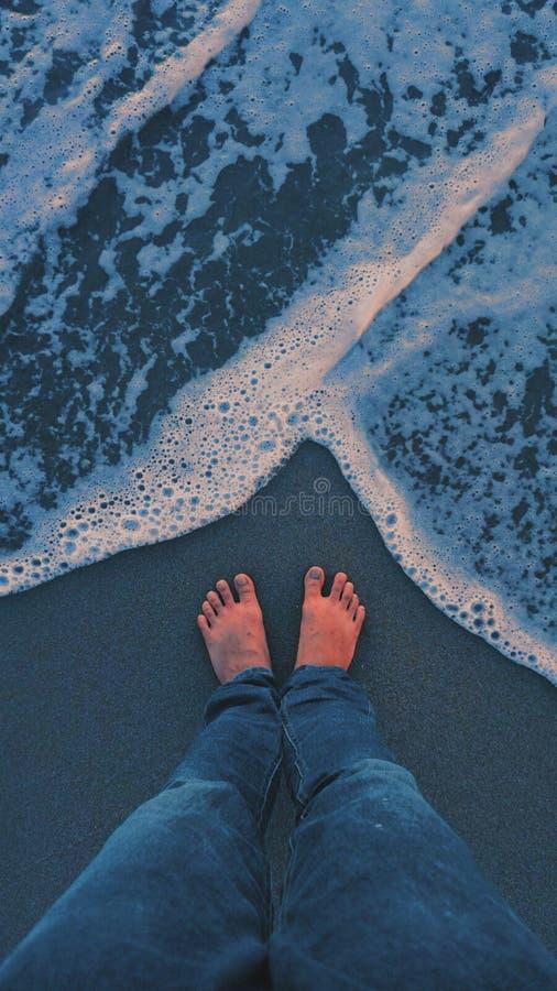 Oceano blu di rilassamento e calmante di umore immagine stock