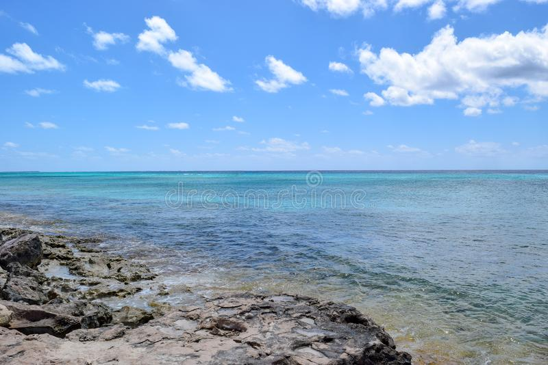 Oceano blu elettrico dalla costa di grande Turco immagini stock