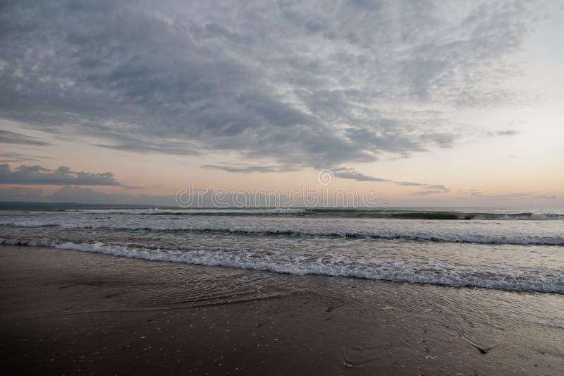Oceano com ondas e as nuvens cinzentas imagem de stock royalty free