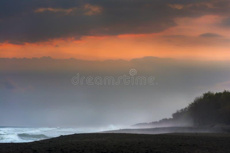 Oceano con la sabbia nera immagine stock libera da diritti