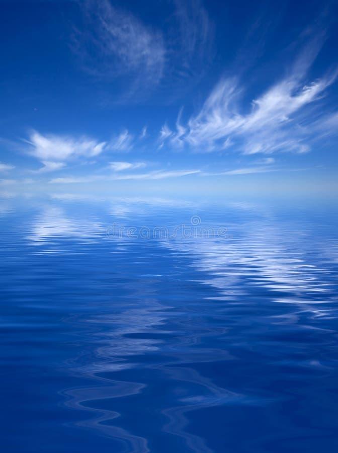 Oceano con un cielo nuvoloso immagini stock libere da diritti