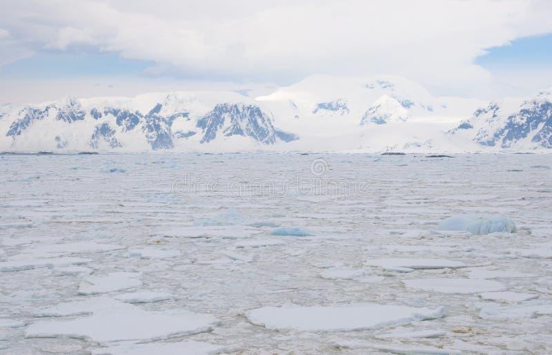 Oceano congelado no Antarctic imagens de stock