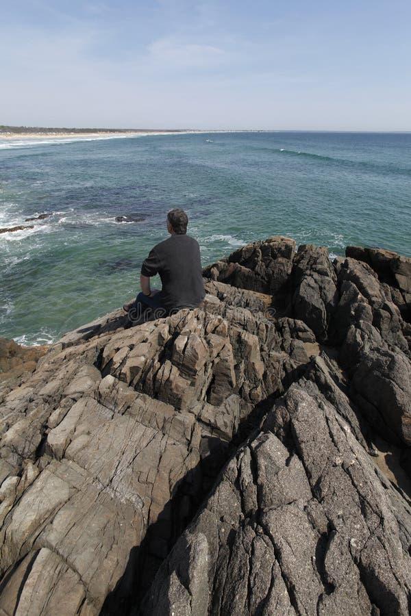 Oceano de negligência e praia do homem maduro. fotos de stock