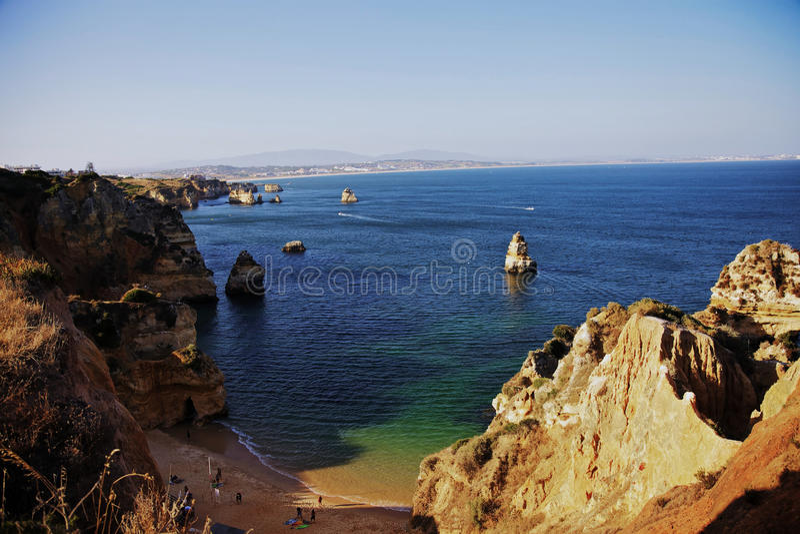Oceano delle scogliere del mare del Portogallo Algarve immagine stock libera da diritti