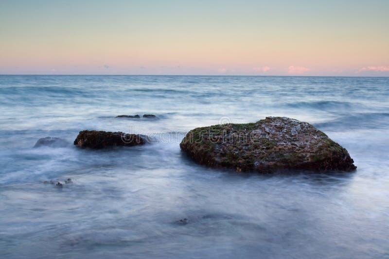 Oceano di Beatifull con le pietre della spiaggia fotografie stock