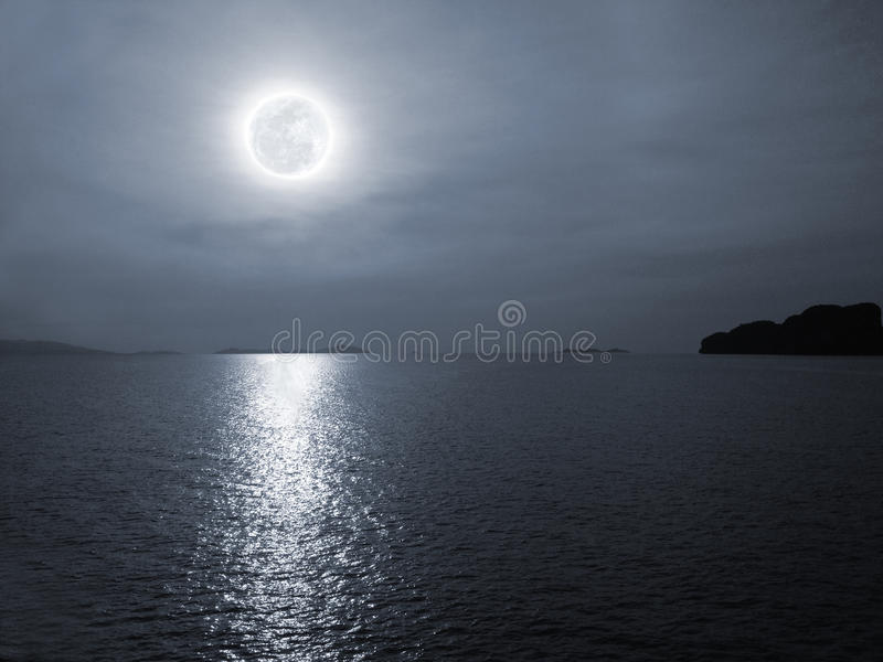 Oceano di notte fotografie stock