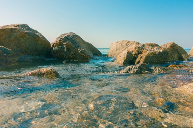 Oceano do mar calmo com pedra da rocha fotos de stock