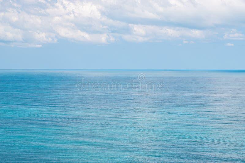 Oceano do mar e fundo do céu azul imagem de stock royalty free