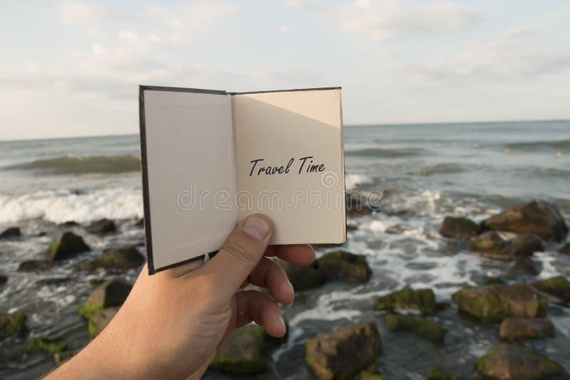 Oceano do texto do tempo de viagem e fundo da praia imagem de stock royalty free