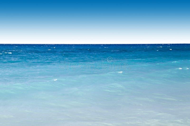 Oceano e céu azuis