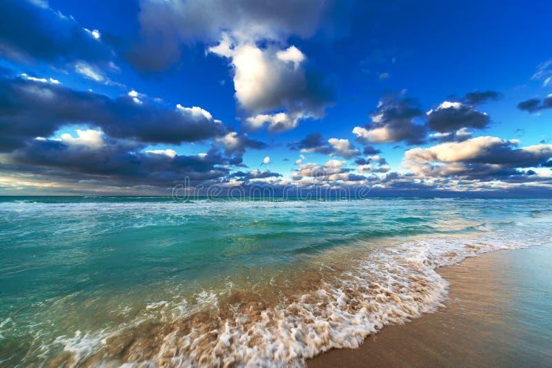 Oceano e céu bonitos foto de stock royalty free