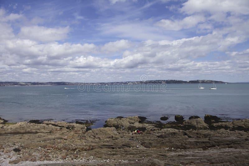 Oceano e costa perto de Brixham em Devon imagens de stock royalty free