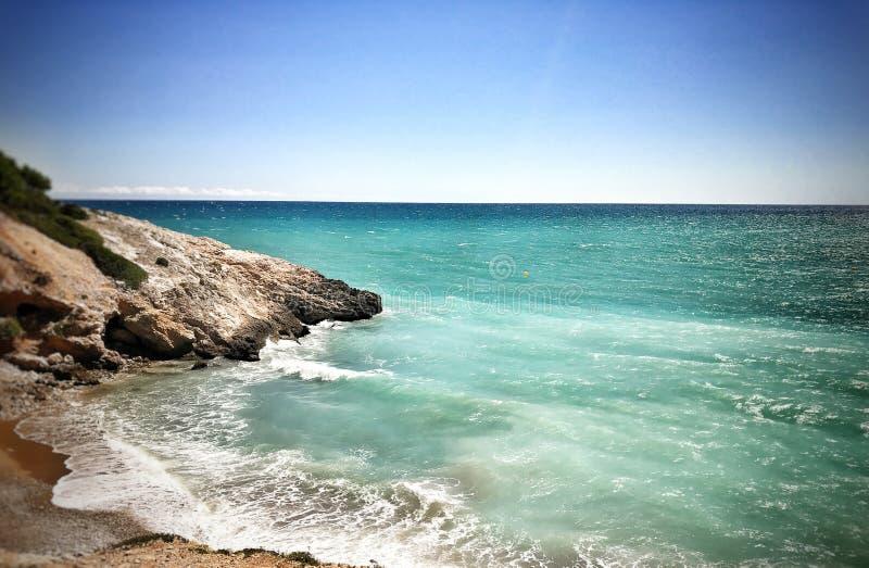 Oceano e montes rochosos imagem de stock royalty free
