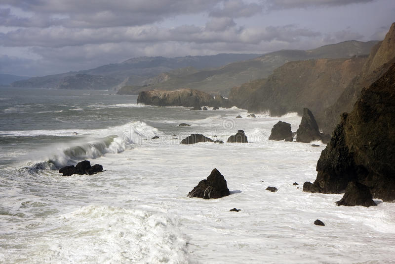 Oceano e os penhascos ao lado de San Francisco foto de stock