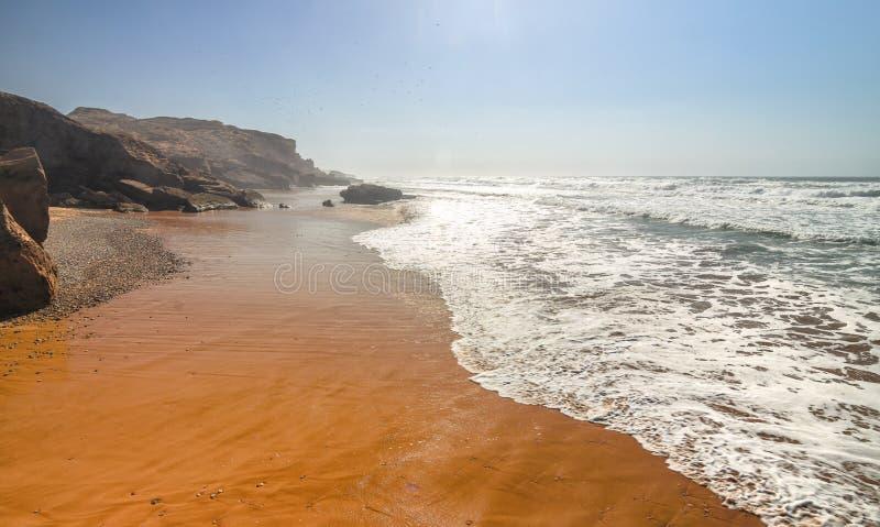 Oceano e praia de Sandy no por do sol Linha alaranjada bonita da costa Seascape oceânico imagem de stock