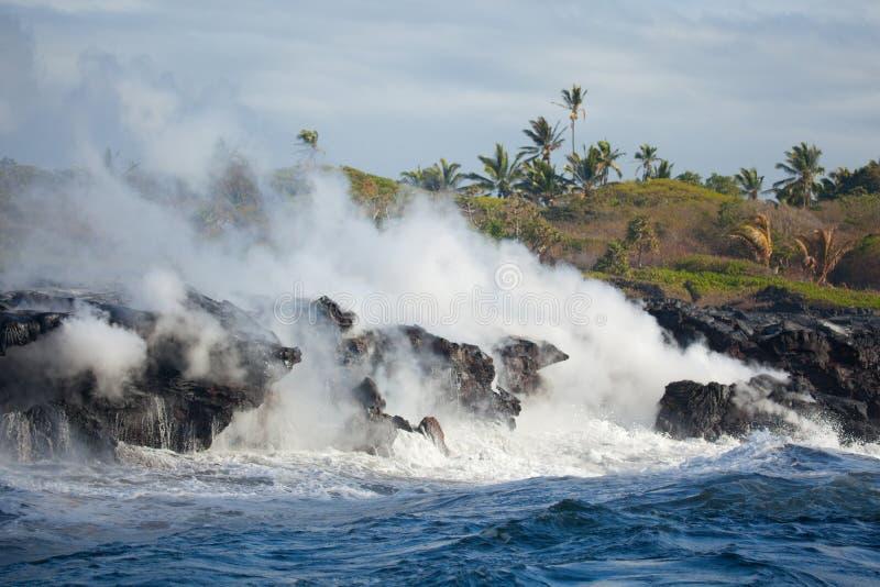Oceano entrando da lava quente imagem de stock royalty free