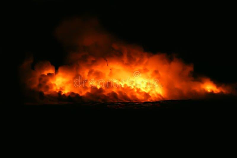 Oceano entrante di flusso di lava fotografia stock libera da diritti