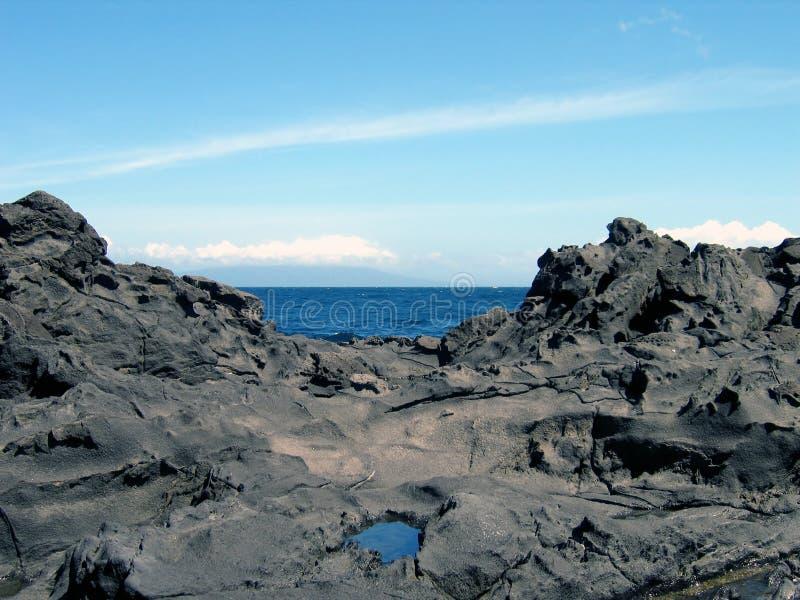 Oceano entre rochas fotos de stock