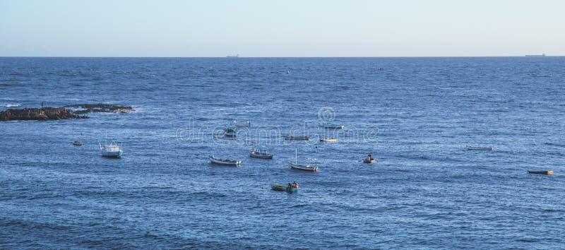 Oceano na pesca de Salvador, de Brasil e de alguns barcos fotografia de stock royalty free