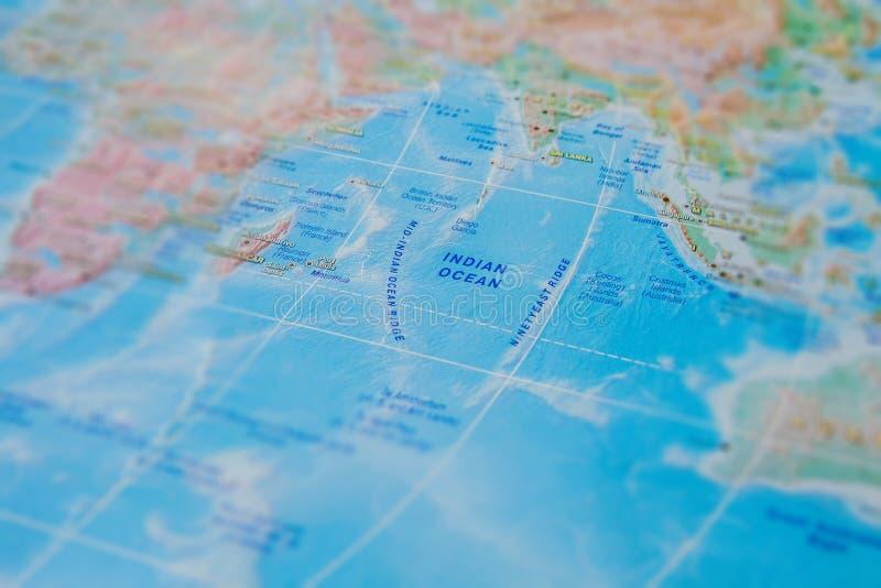 Oceano ?ndico no fim acima no mapa Foco no Oceano ?ndico do nome Efeito do Vignetting imagem de stock