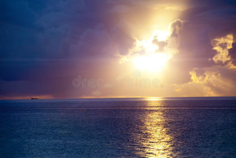 Oceano no por do sol polynesia tahiti foto de stock