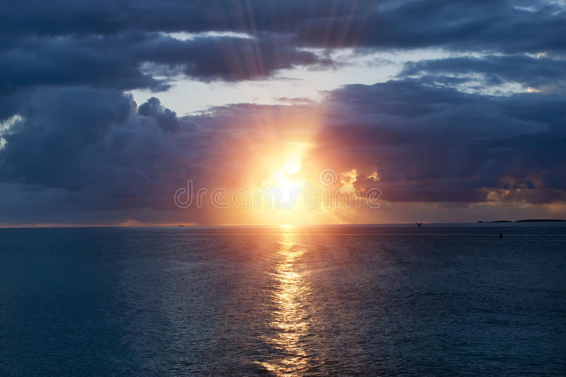 Oceano no por do sol polynesia tahiti fotografia de stock royalty free