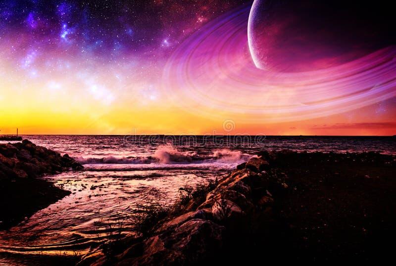 Oceano ondulato di fantasia con i pianeti ed acqua di Manica immagini stock