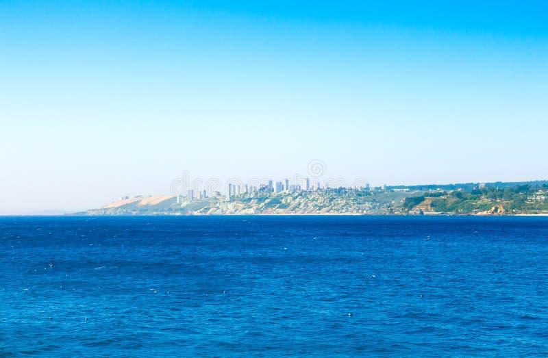 Oceano Pacífico com construções de Vina del Mar, o Chile imagem de stock royalty free