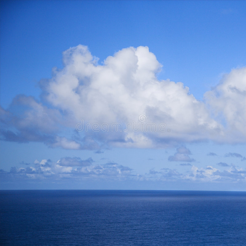 Oceano Pacifico e cielo blu. immagine stock